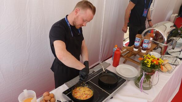 Fayre Do's chef Nik cooking an omelette at London Marathon